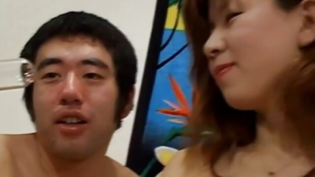 Thai alte frauen akt ts in Dessous schiebt Spielzeug in Arsch